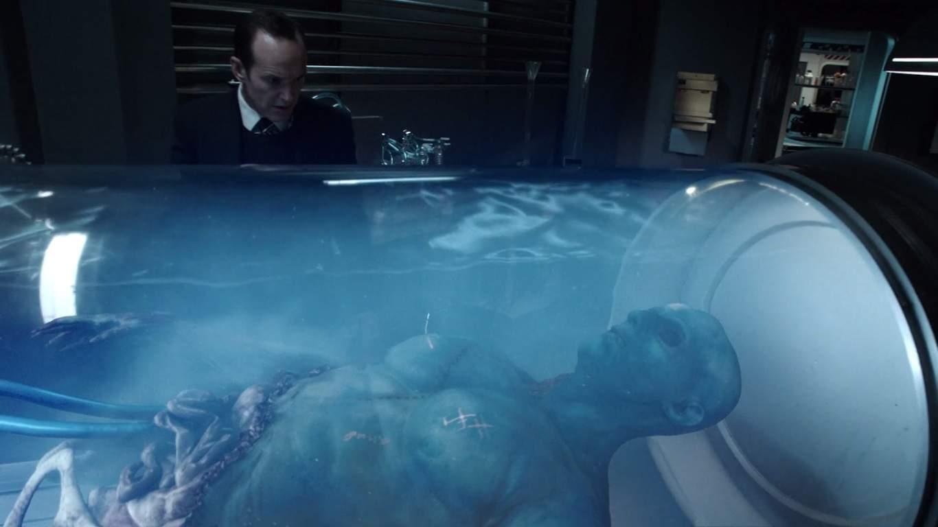 Coulson regresa a donde resucitó y descubre el secreto alienígena detrás de él. También podemos conocer al Agente Triplett y John Garrett en este episodio, quienes tienen historias impactantes en el futuro.