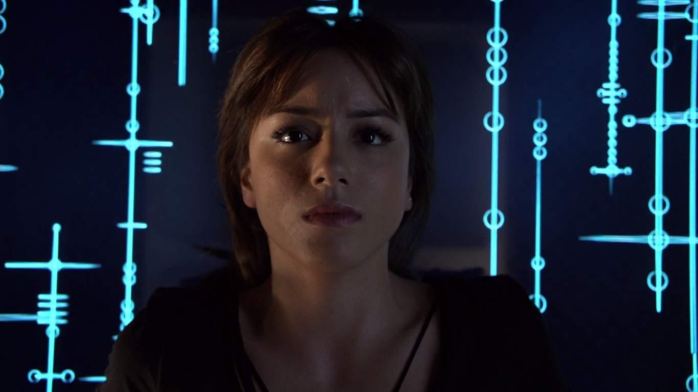 La temporada 2 comienza con S.H.I.E.L.D. bajo tierra y operando sin el conocimiento del gobierno. Hay nuevos reclutas y la primera aparición del Hombre Absorbente. Todo eso y más patea la temporada 2 de la manera correcta.