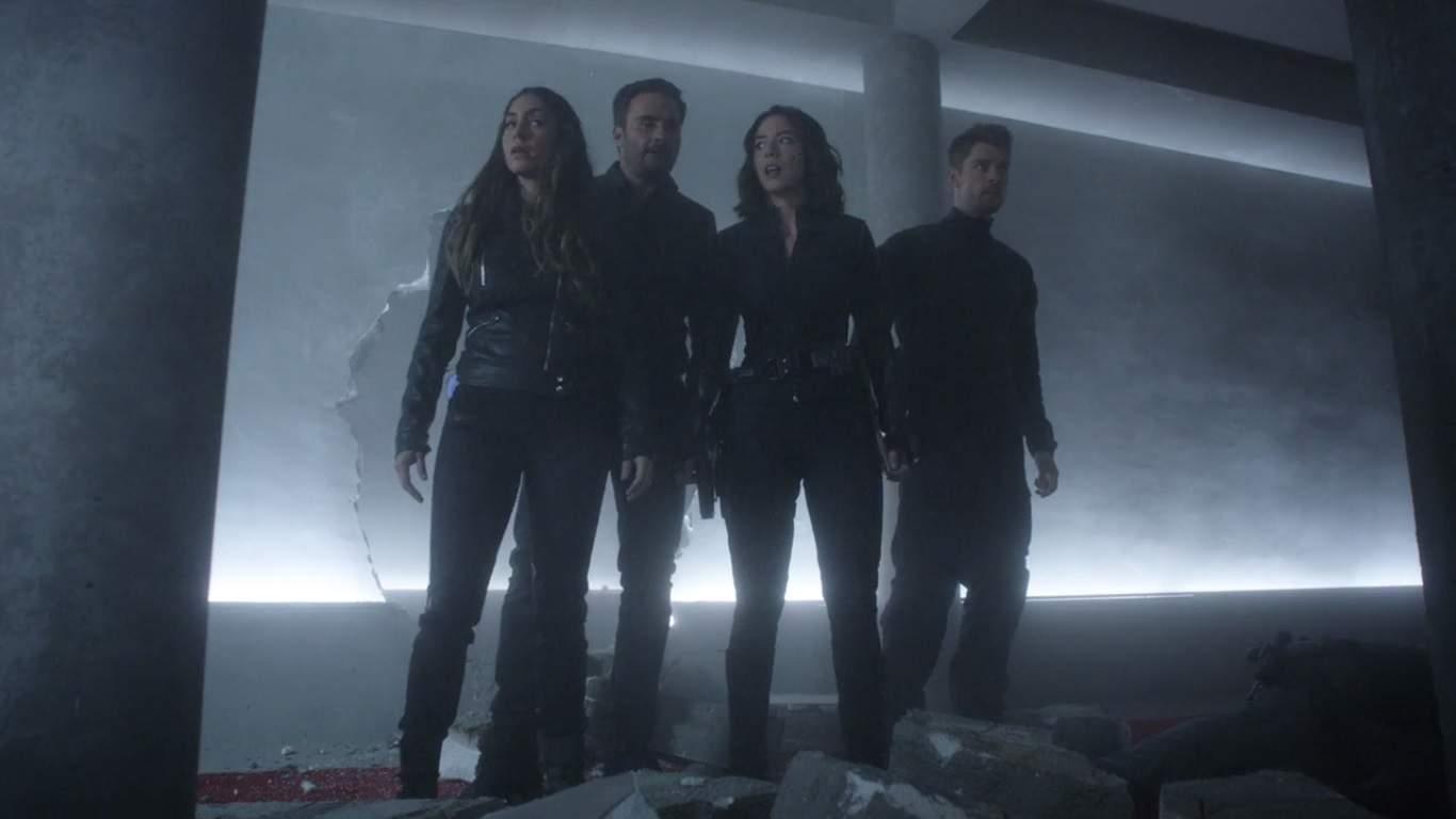 Aunque el programa prometió que vendrían los Guerreros Secretos, tienes que esperar hasta ahora para que trabajen juntos. Hay un lunar dentro de S.H.I.E.L.D. y una muerte insinuada en episodios anteriores que no están en esta lista cae.