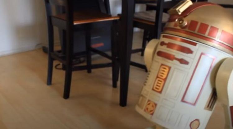 El hombre convierte a Roomba en un droide astromecánico de la serie R2